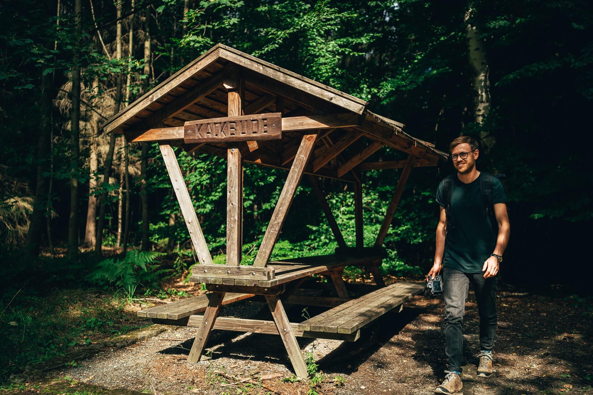 Fotograf Sebastian Weingart steht neben der Holzhütte Kalkbude in der sächsischen Schweiz.