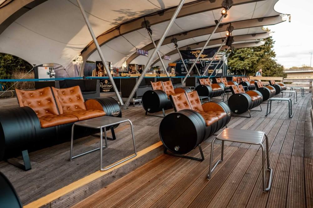Die überdachte Radeberger Film-Lounge mit den Zweisitzern im Überblick.