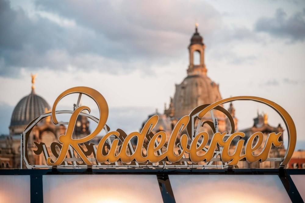 Der Radeberger Schriftzug auf dem Ausschankwagen, im Hintergrund ist die Dresdner Altstadt zu sehen.