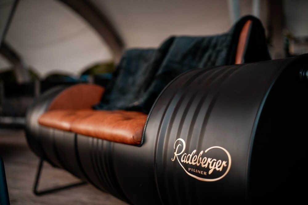 Der Radeberger Zweisitzer gebaut aus 2 schwarzen Fässern mit einem Radeberger-Logo in der Radeberger Film-Lounge.